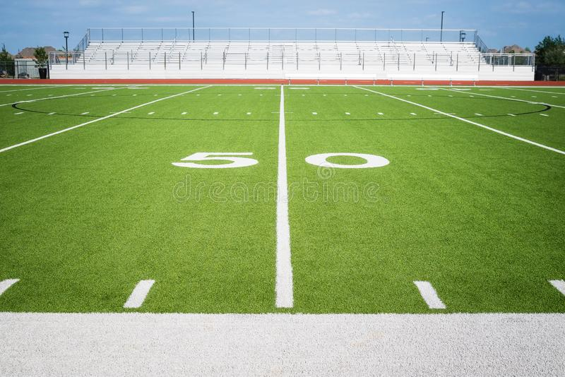 línea de yardas 50 en estadio americano vacío del campo de fútbol imagenes de archivo