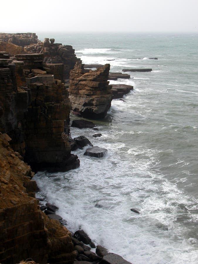 Línea del acantilado en clima tempestuoso fotografía de archivo