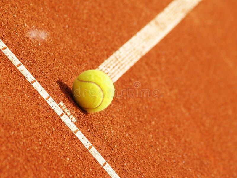 Línea del campo de tenis con la bola 51 imagen de archivo libre de regalías