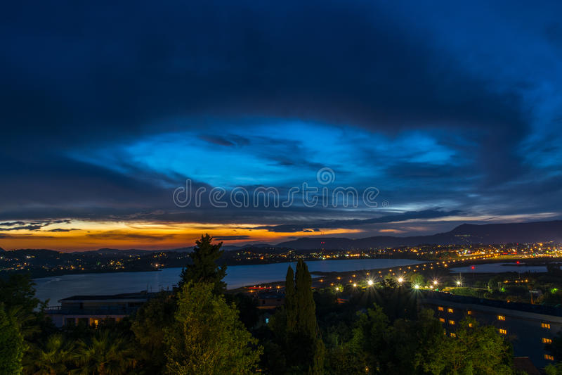 Línea del cielo del lago corfu imagenes de archivo