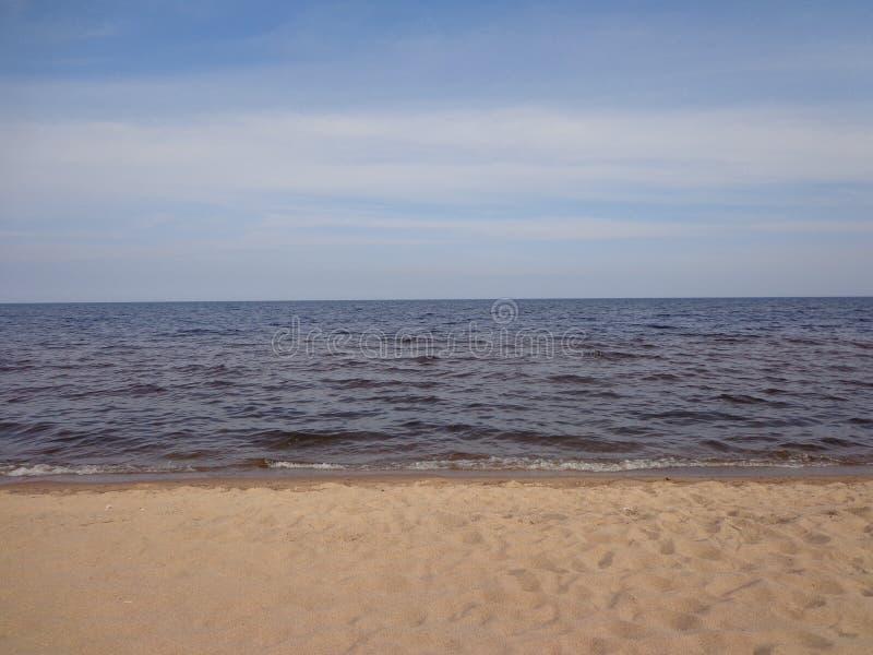 Línea del cielo del golfo de Finlandia en la calma imagen de archivo