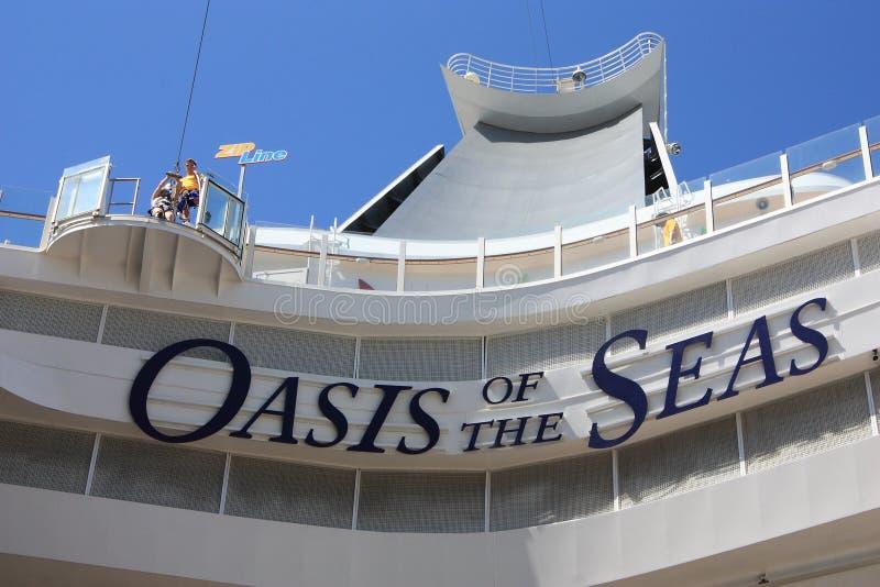 Línea Del Cierre Relámpago A Bordo El Oasis De Los Mares Imagen de archivo editorial