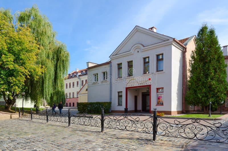 Línea del oro del salón de belleza en el suburbio de la trinidad, Minsk, Bielorrusia foto de archivo libre de regalías