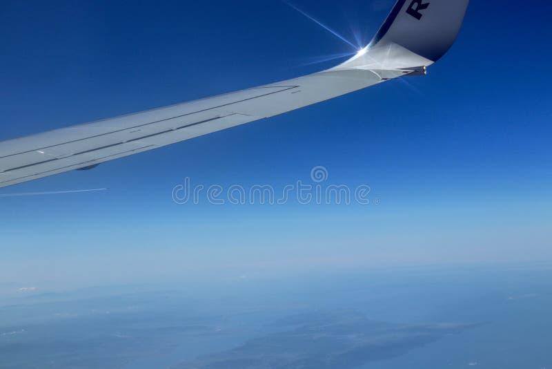 Línea divisoria entre el cielo azul y la neblina totales sobre la tierra Ala blanca de la lamina y del carbono con la reflexión e fotos de archivo libres de regalías