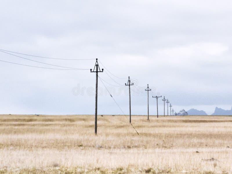 Línea eléctrica canal un prado, Islandia foto de archivo libre de regalías