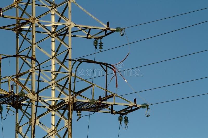 Línea eléctrica de alto voltaje contra el cielo azul imágenes de archivo libres de regalías