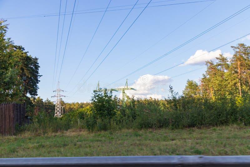 Línea eléctrica de alto voltaje, estructura que dirige de acero fotografía de archivo libre de regalías