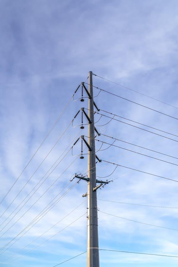 Línea eléctrica de arriba contra el cielo nublado pacífico fotografía de archivo libre de regalías