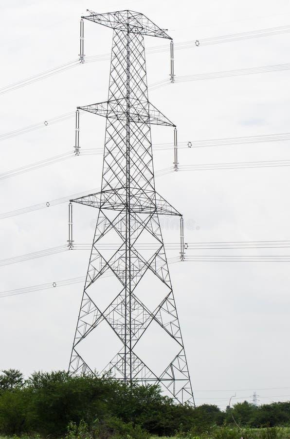 Línea eléctrica del alto voltaje de poste de la electricidad foto de archivo libre de regalías