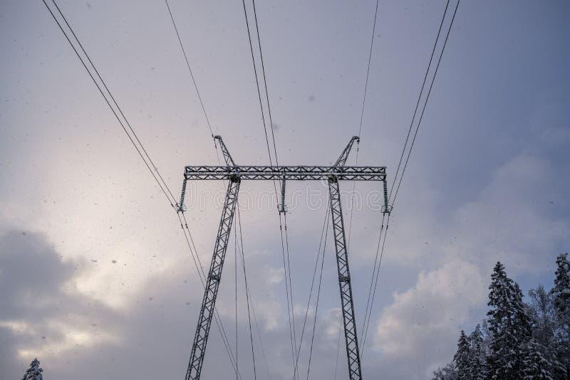 línea eléctrica en invierno foto de archivo