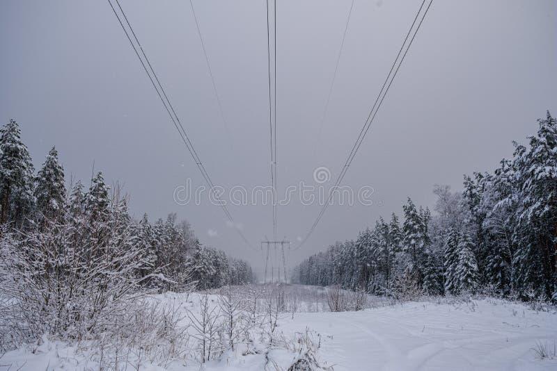 línea eléctrica en invierno imágenes de archivo libres de regalías
