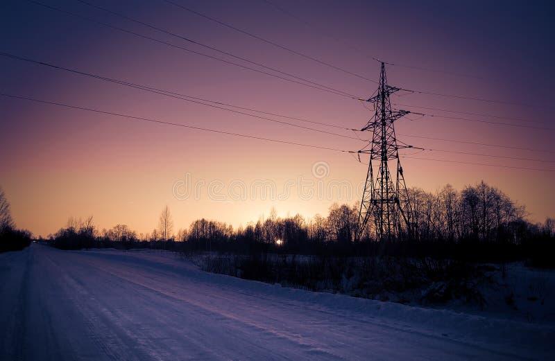 Línea eléctrica en una zona rural imagenes de archivo