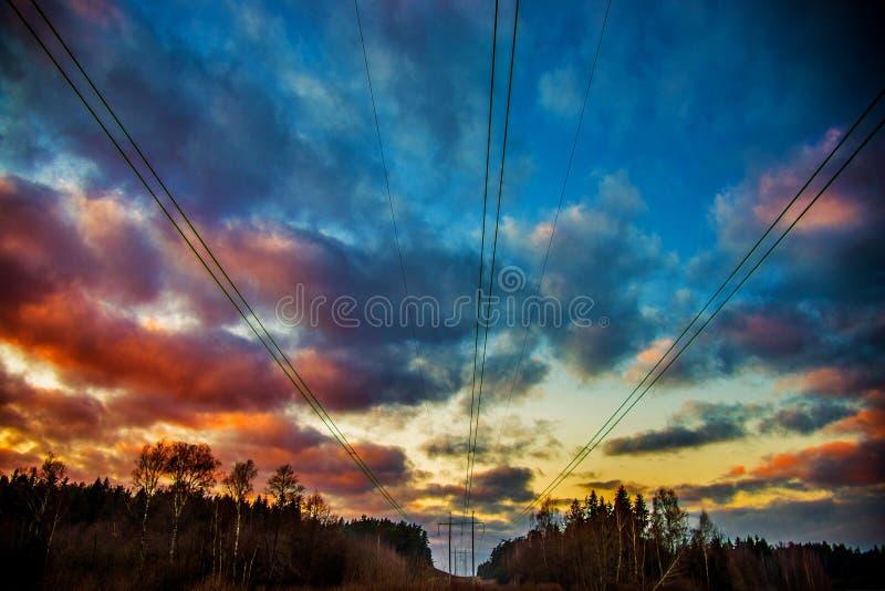 Línea eléctrica y cielo dramático fotografía de archivo libre de regalías