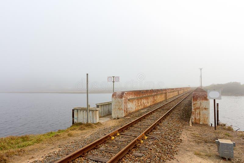 Línea ferroviaria brumosa foto de archivo