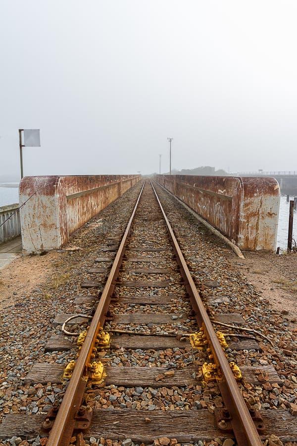 Línea ferroviaria brumosa foto de archivo libre de regalías