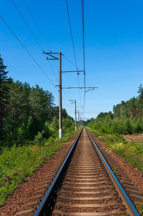 Línea ferroviaria de la sola pista en un día soleado claro Opini?n de perspectiva fotografía de archivo libre de regalías