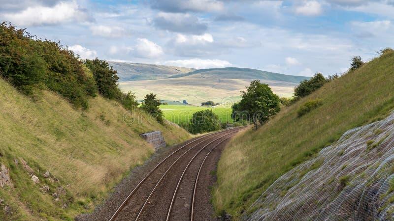 Línea ferroviaria en los valles de Yorkshire, Reino Unido foto de archivo