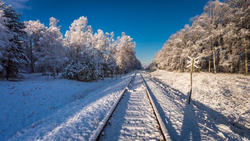 Línea ferroviaria inusitada congelada en invierno en la salida del sol, Polonia imágenes de archivo libres de regalías