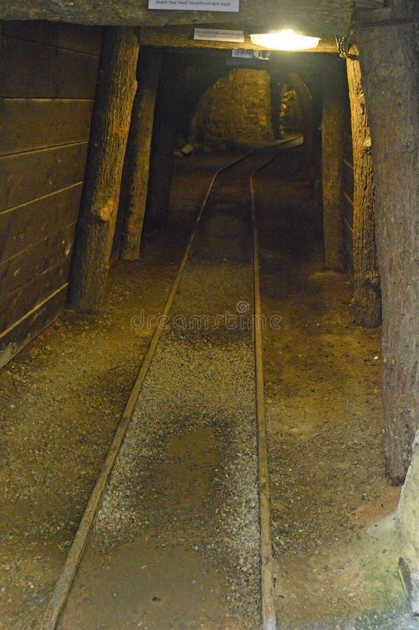Línea ferroviaria subterráneo Eslovaquia de explotación minera de la pendiente fotos de archivo libres de regalías