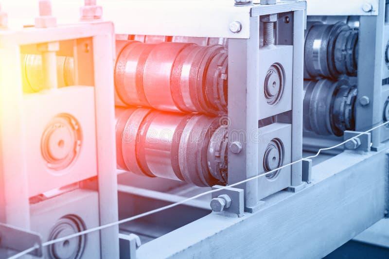 Línea industrial cierre del transportador para arriba en fábrica o la planta metalúrgica como fondo abstracto de la industria imágenes de archivo libres de regalías