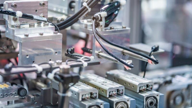 Línea mecánica industrial de la fabricación del robot imagenes de archivo