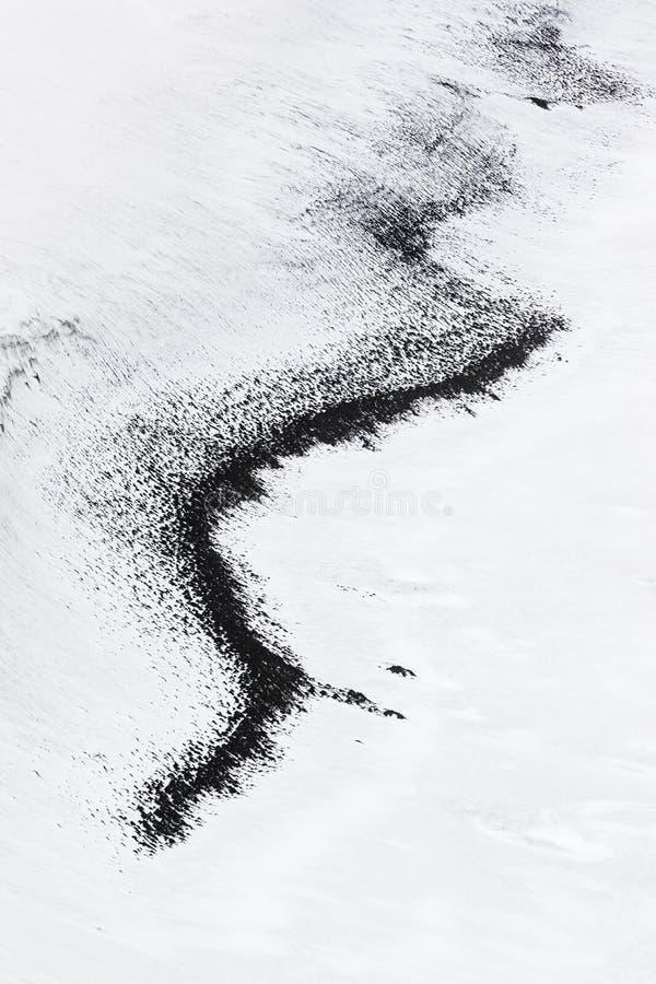 Línea negra en hielo y nieve antárticos fotografía de archivo libre de regalías
