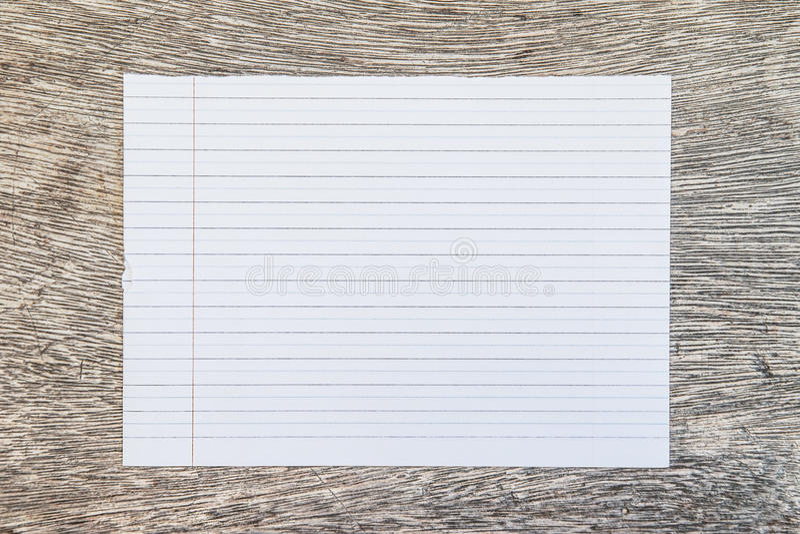 Línea rasgada papel en la madera vieja del grunge imagen de archivo libre de regalías