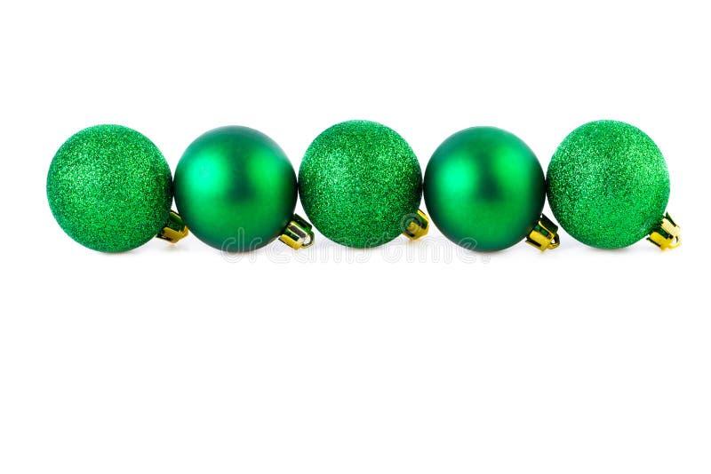 Línea recta de las bolas verdes de la Navidad con el espacio de la copia imagenes de archivo