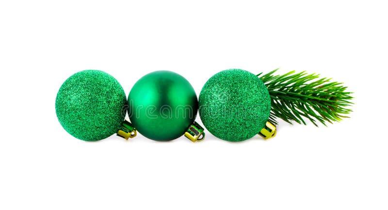 Línea recta de las bolas verdes de la Navidad con el espacio de la copia imagen de archivo