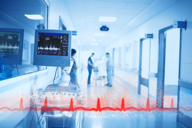 Línea roja de heartbeating en el fondo de Digital Equipment y de médicos en el vestíbulo del hospital fotos de archivo