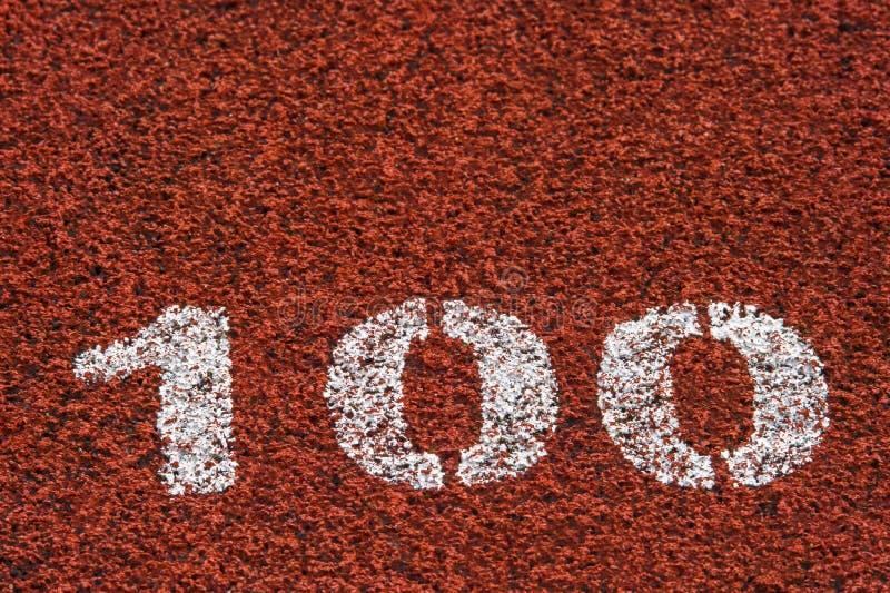 Línea roja estándar y número de goma 100 del color de la pista corriente y blanca fotos de archivo libres de regalías