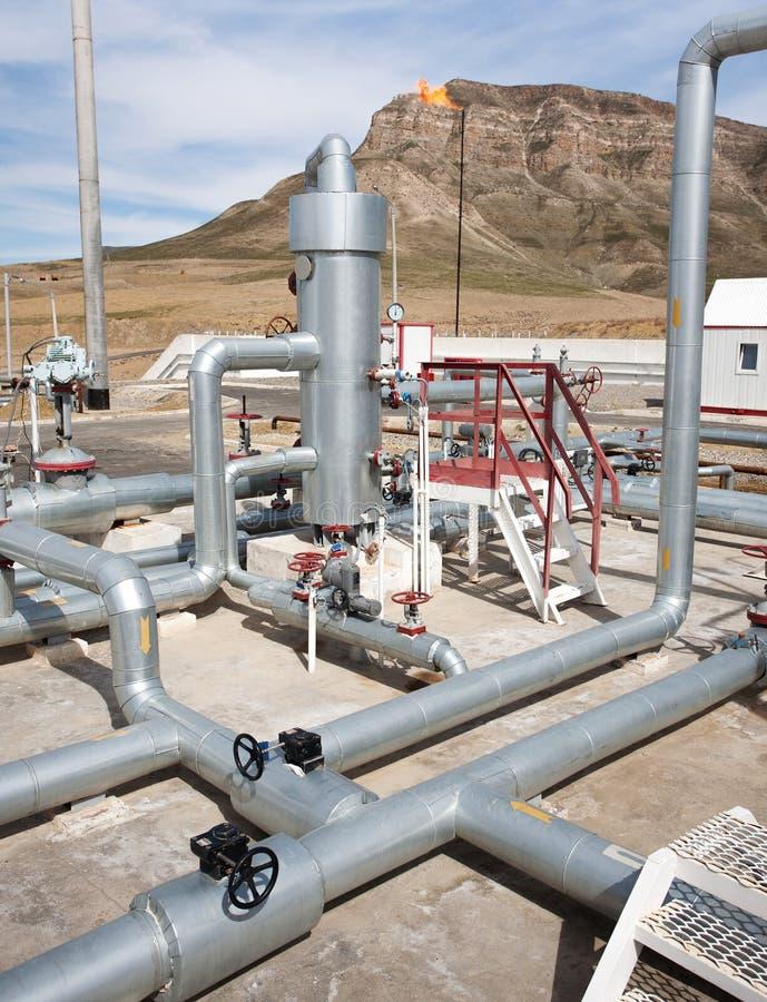 Línea válvulas del tubo de la planta de tratamiento del gas de petróleo imagen de archivo libre de regalías
