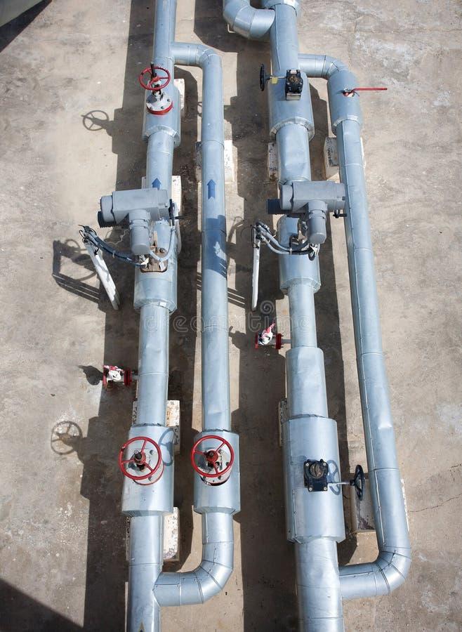 Línea válvulas del tubo de la planta de tratamiento del gas de petróleo fotografía de archivo libre de regalías