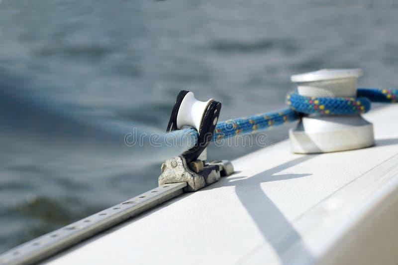 Línea y cabrestante en el barco de navegación imagenes de archivo