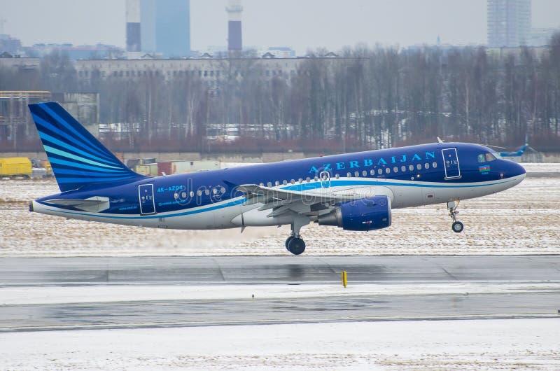 Líneas aéreas de Airbus a319 Azerbaijan, aeropuerto Pulkovo, santo-p de Rusia fotografía de archivo