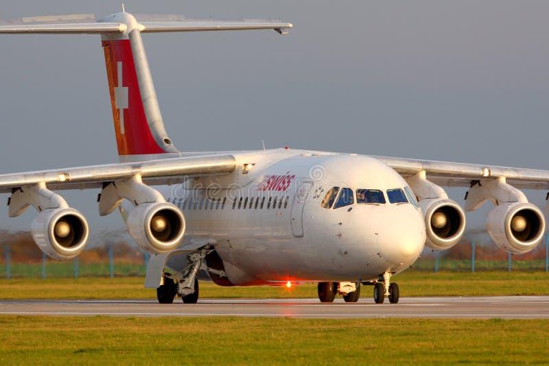 Líneas aéreas suizas Bae-146 que llevan en taxi en el aeropuerto de Ruzyine fotos de archivo