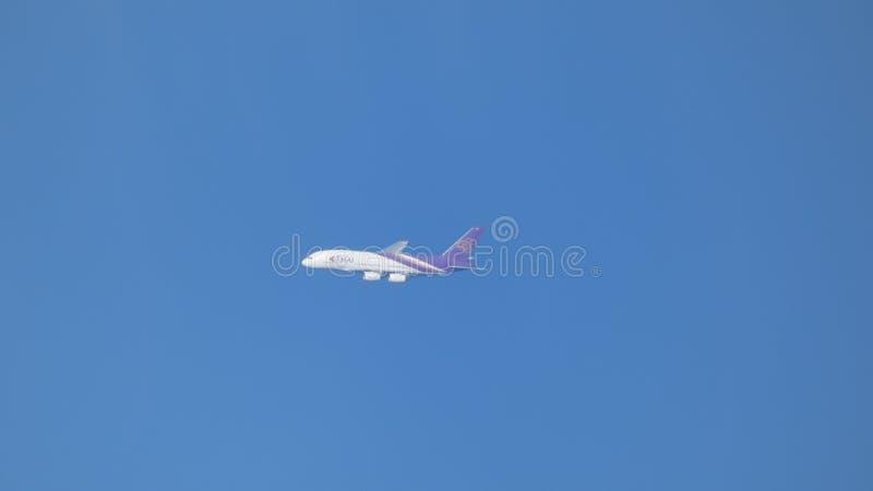 Líneas aéreas tailandesas en un cielo azul claro sobre Inglaterra fotos de archivo