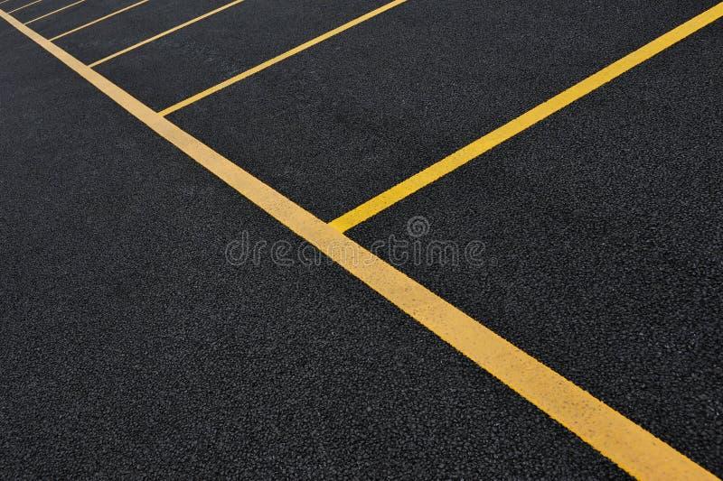Líneas amarillas del estacionamiento foto de archivo libre de regalías