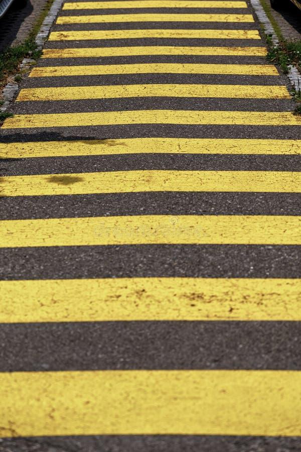 Líneas amarillas del paso de peatones en el camino paso de peatones amarillo de la cebra imágenes de archivo libres de regalías