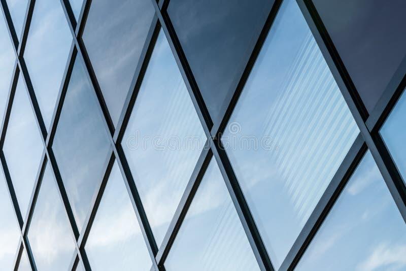 Líneas arquitectónicas de un edificio industrial fotografía de archivo