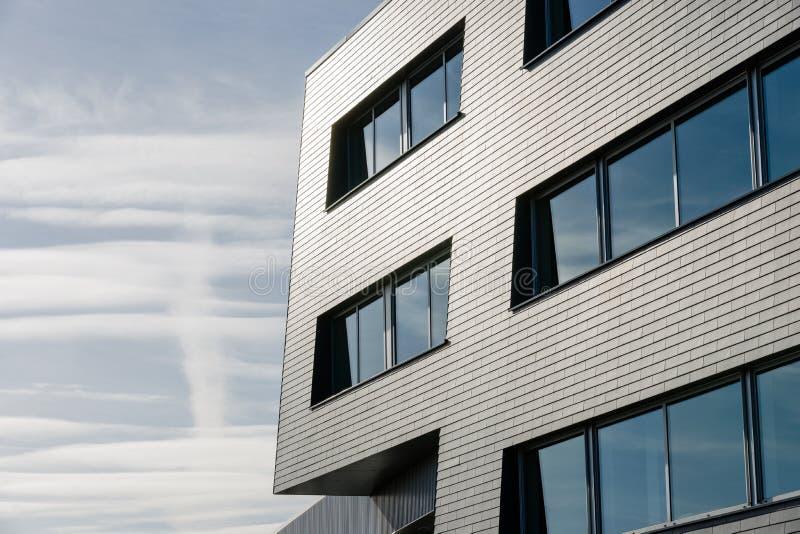 Líneas arquitectónicas de un edificio industrial fotos de archivo