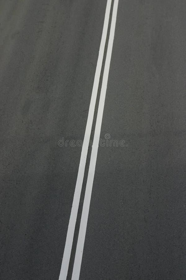 Líneas blancas dobles fotos de archivo