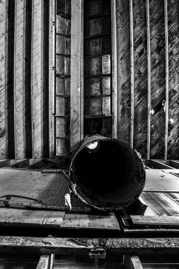 Líneas blancos y negros formas y texturas en techo de madera en Warehouse industrial abandonado con el tubo del hierro imagen de archivo libre de regalías