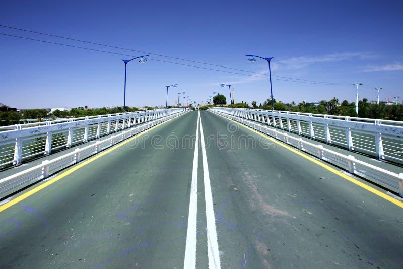 Líneas convergentes de camino en el puente imagenes de archivo