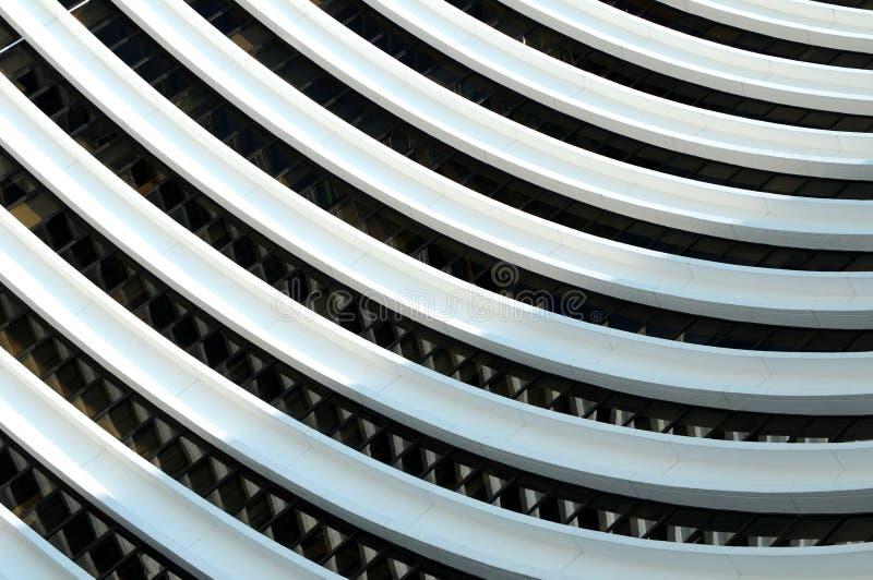 Líneas curvadas en un edificio fotos de archivo