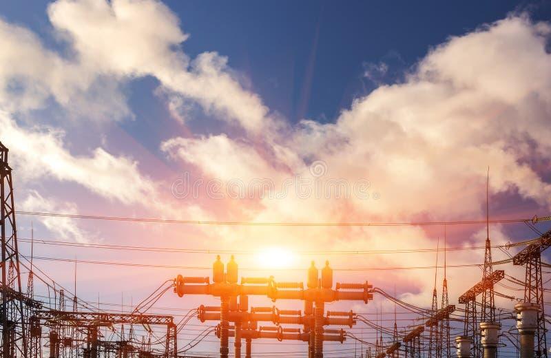 Líneas de alto voltaje en la puesta del sol fotos de archivo