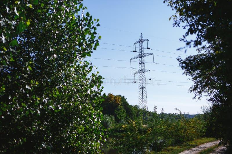 Líneas de alto voltaje Línea eléctrica entre la naturaleza imagenes de archivo