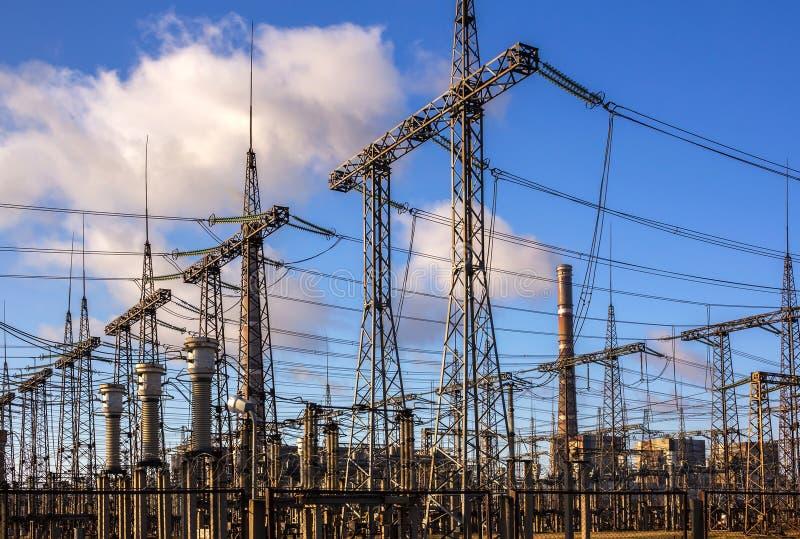 Líneas de alto voltaje y estaciones de la distribución eléctrica foto de archivo