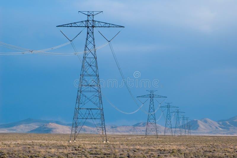 Líneas de electricidad en desierto imágenes de archivo libres de regalías