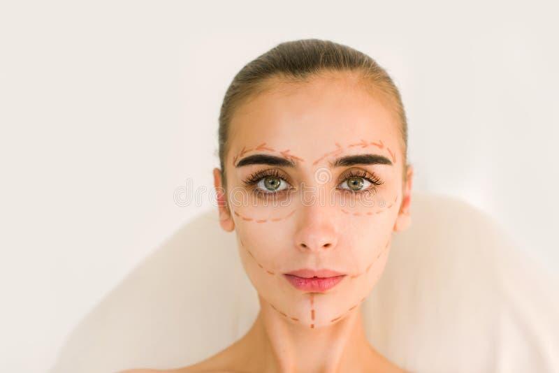 Líneas de la corrección en cara de la mujer foto de archivo libre de regalías